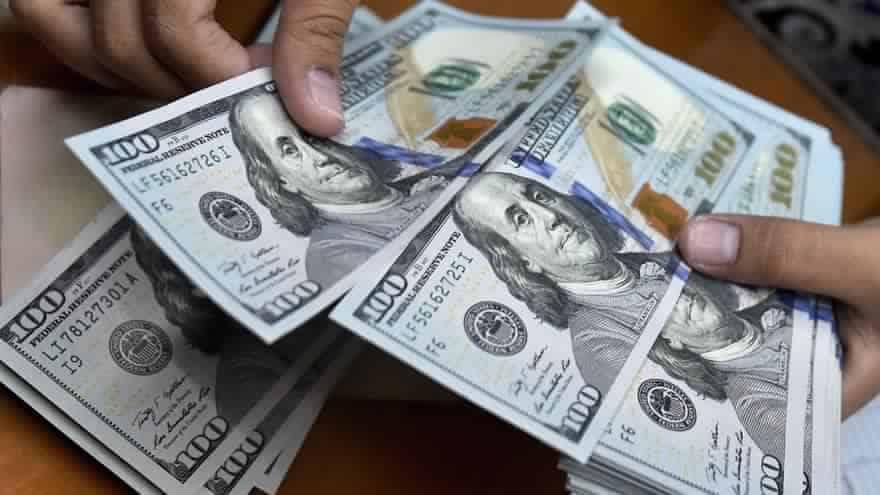 الافضل التحويل الى الدولار ثم الى الجنية مباشرتا