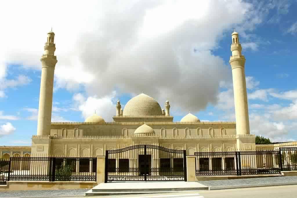 المسجد الذي يؤمه العجمي