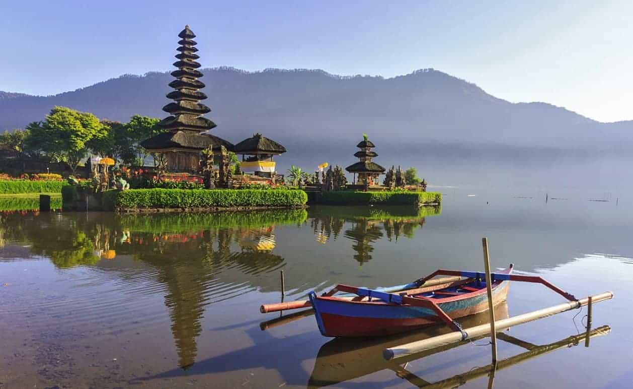 بحيرة براتان في بالي Lake Bratan بالي إندونيسيا