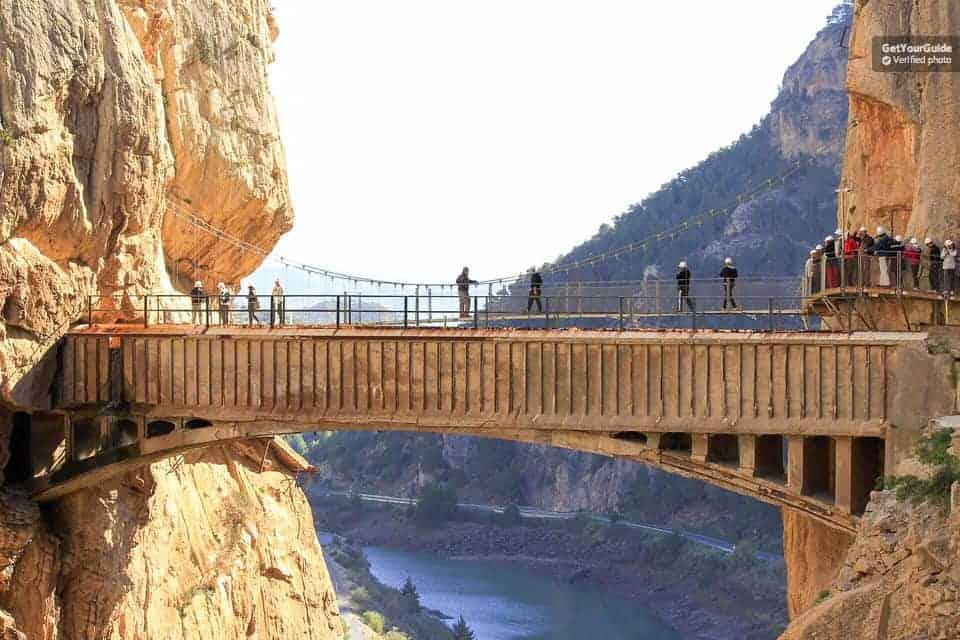 جولة مع مرشد سياحي لتجربة الجسر المعلق في جبال مالغا