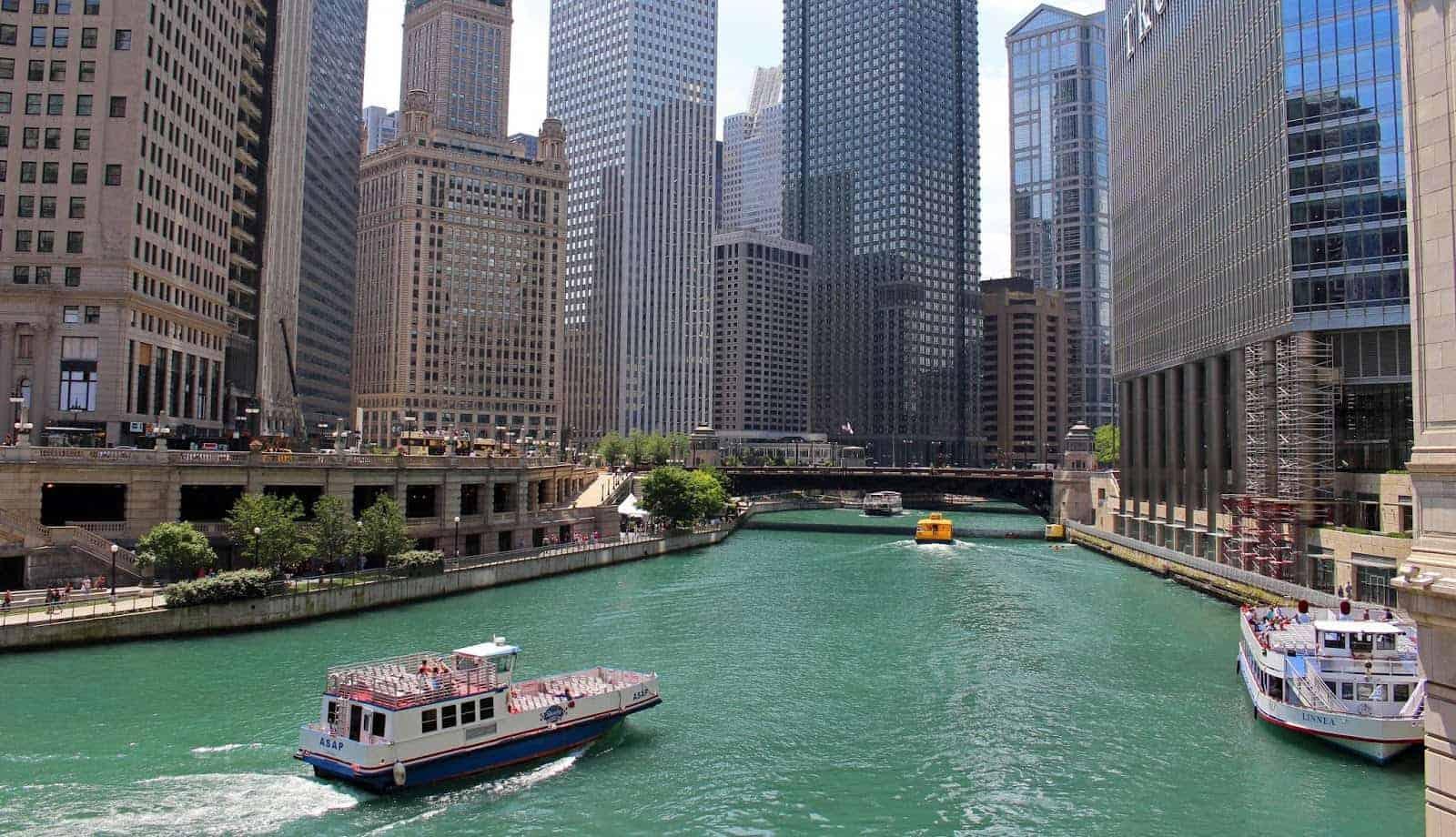 شيكاغو , رحلة نهرية بين الصروح المعمارية