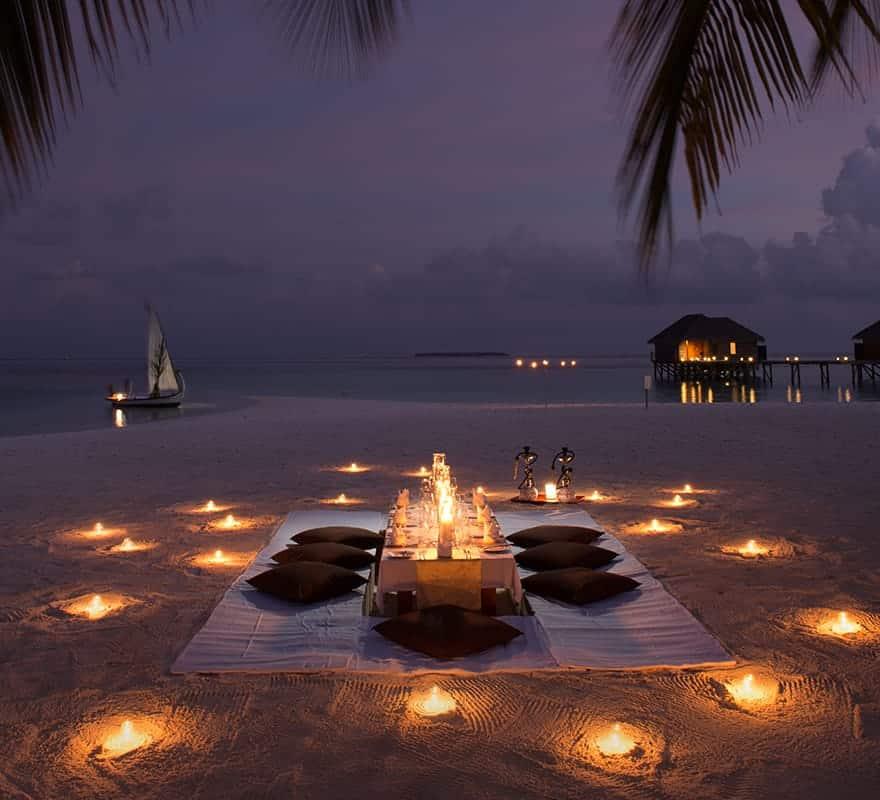 العشاء على أضواء الشموع