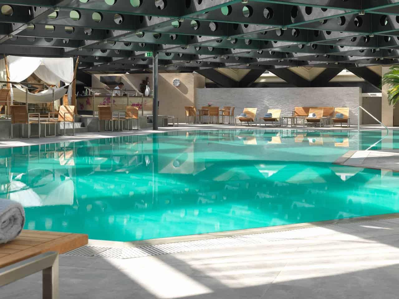 المسبح الداخلي في فندق جراند كمبنسكي جنيف