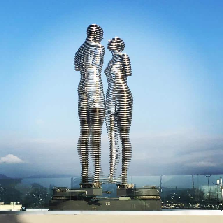 تمثال علي ونينو باتومي