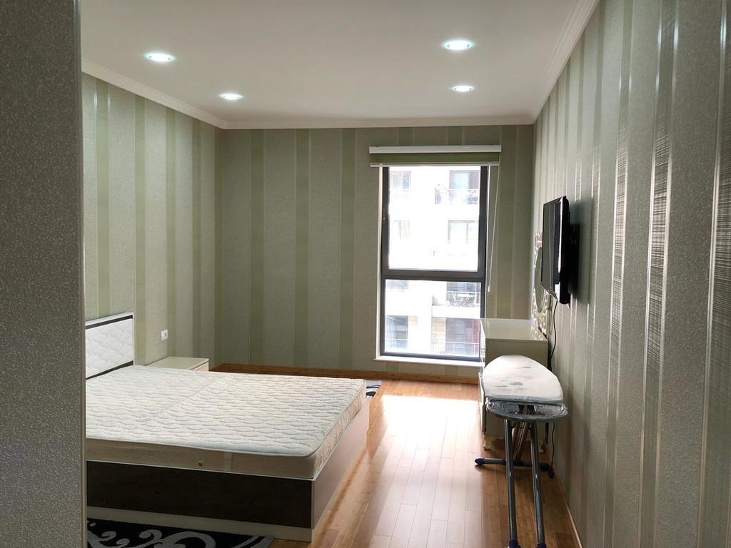 غرفة نوم لإحدى الشقق التي تضمها مدينة باكو