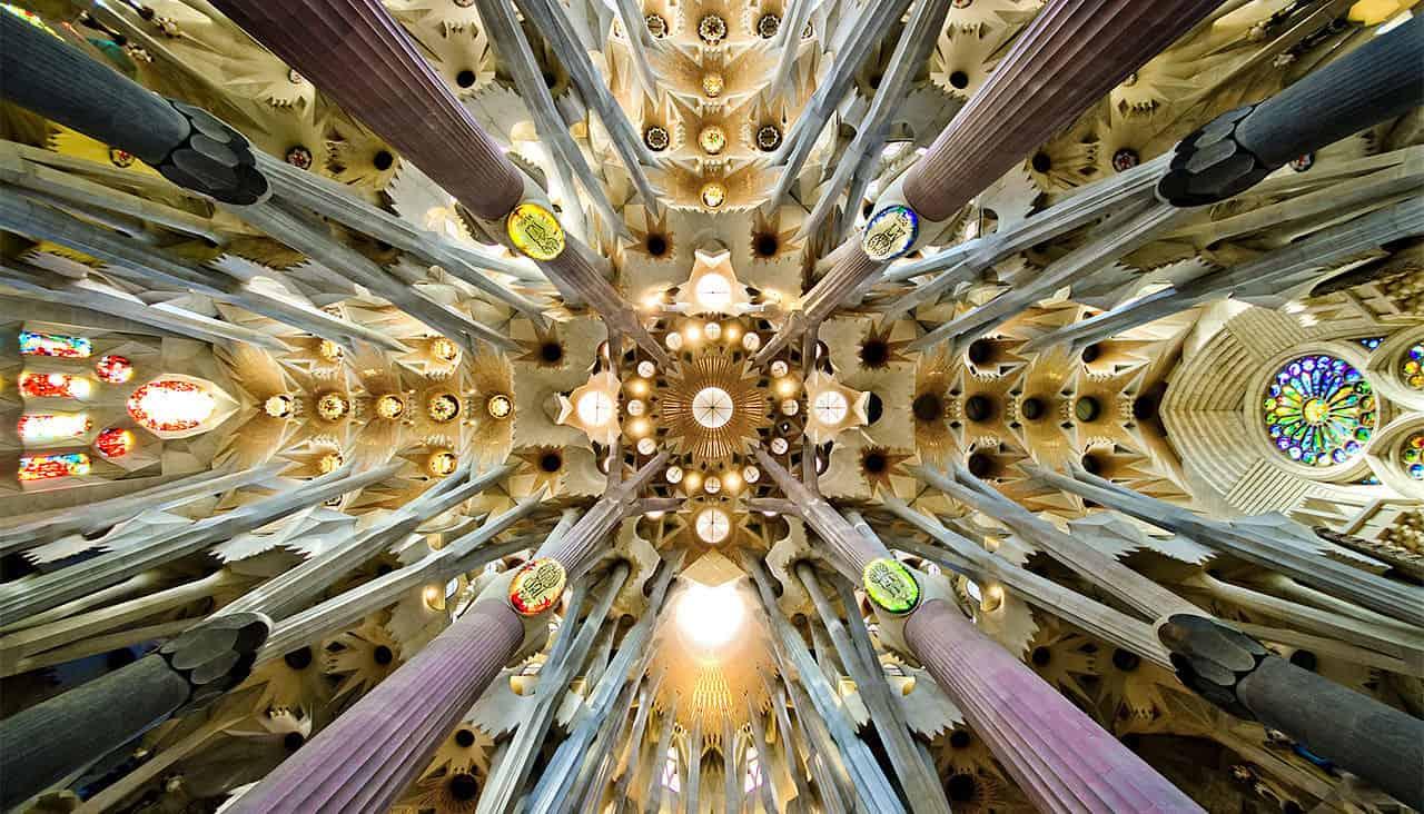 استكشاف تفاصيل الفن المعماري الفريد للكنيسة
