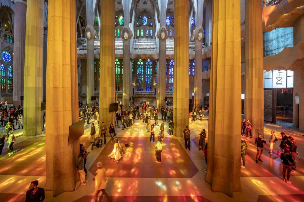 التقاط الصور التذكارية في كنيسة ساغرادا فاميليا برشلونة
