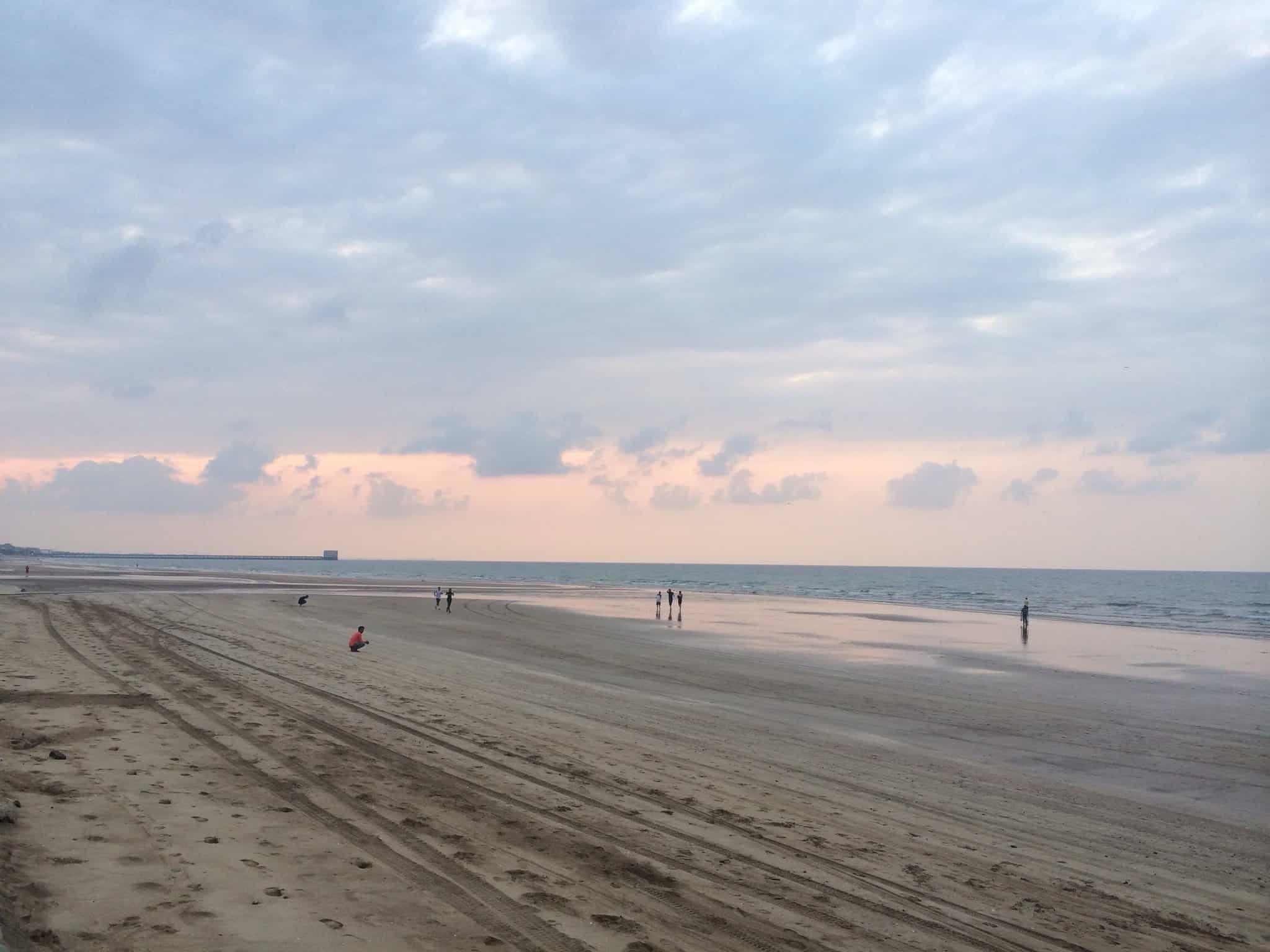 . السباحة في شاطئ القرم