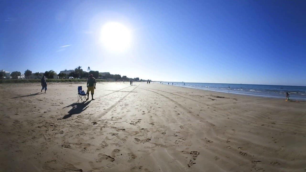 المشي على رمال الشاطئ