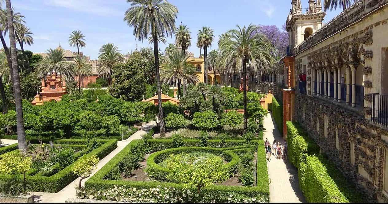 الجلوس في حديقة قصر المورق