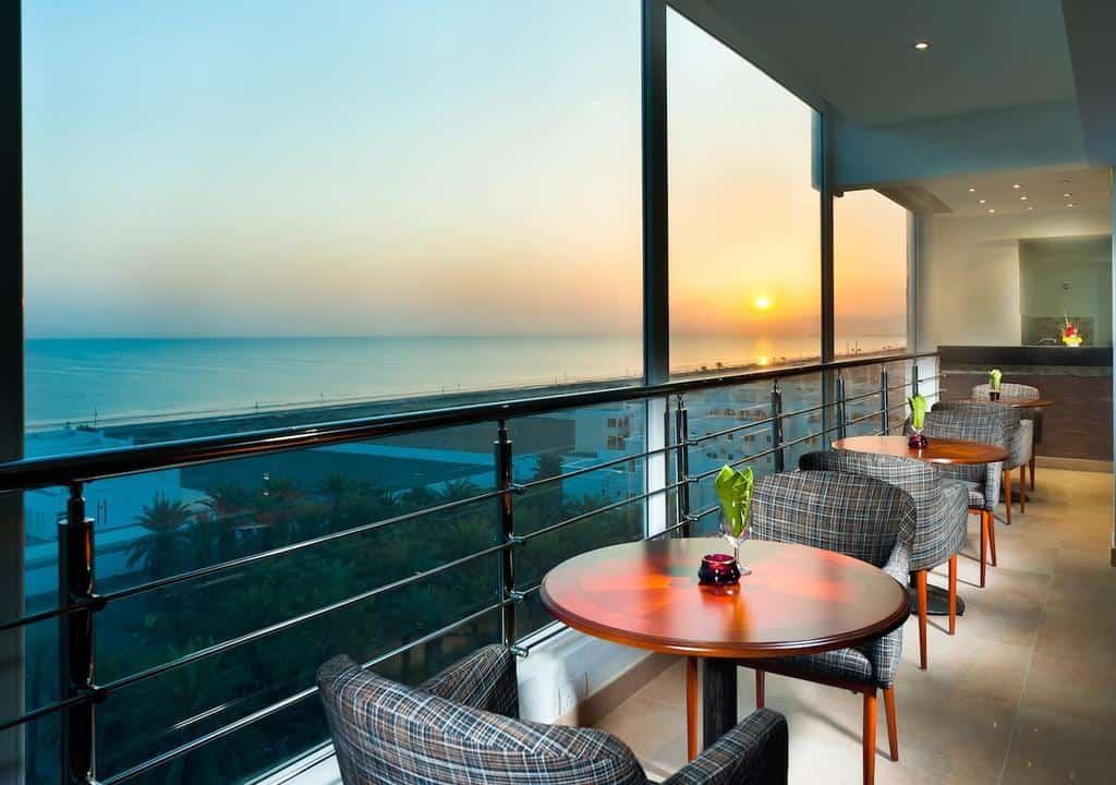 شرفة مواجهة للبحر في فندق الحائل ويفز