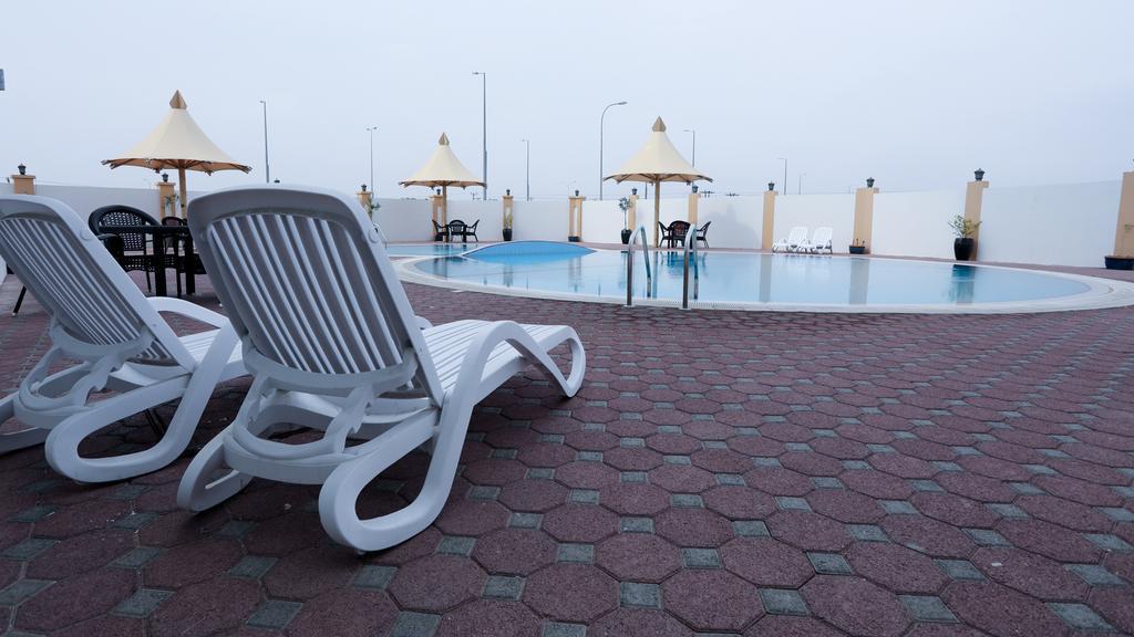 مساحة استجمام بجانب المسبح في فندق Remas Hotel Suites Al Seeb