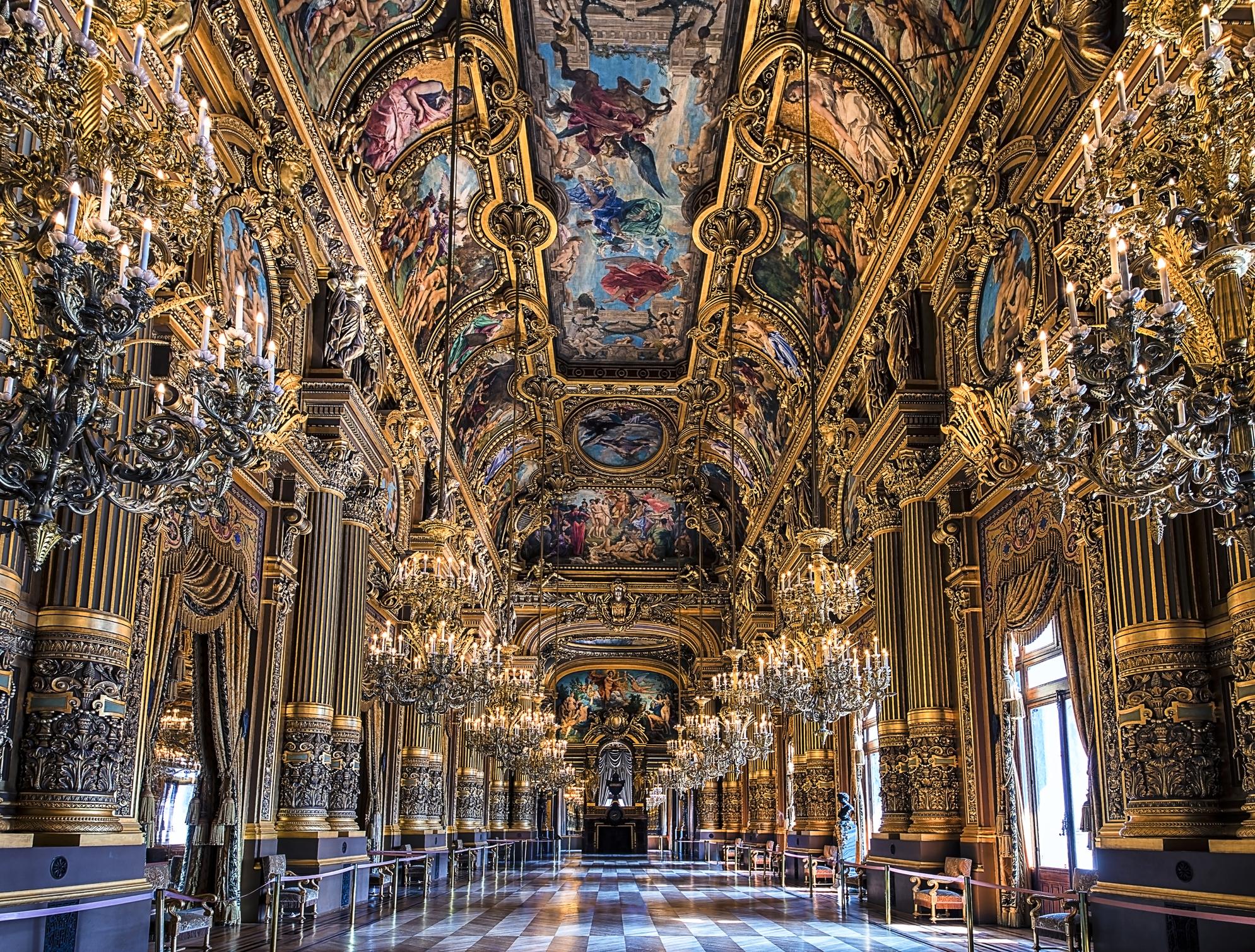 التجول داخل القصر