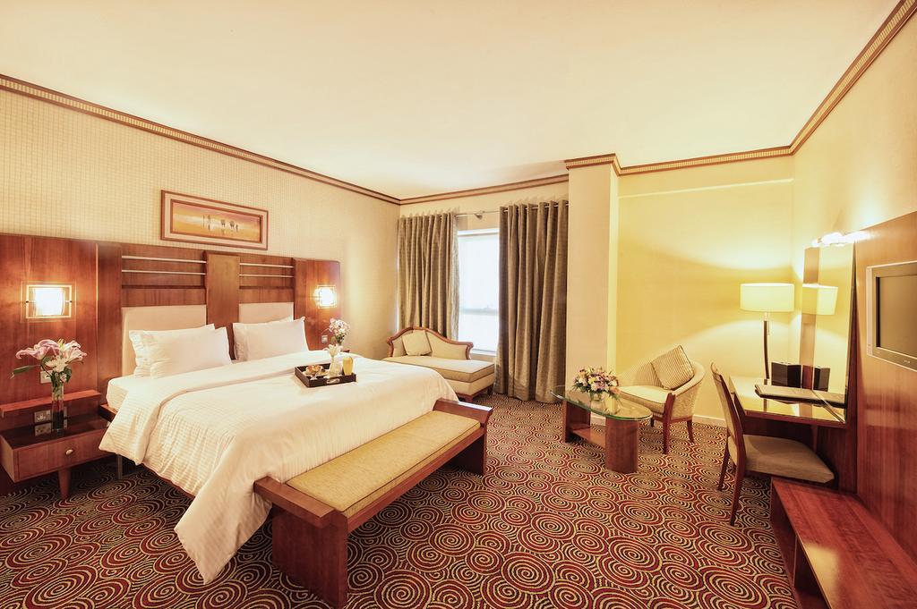 غرفة مع سرير كينغ في فندق جراند سنترال دبي