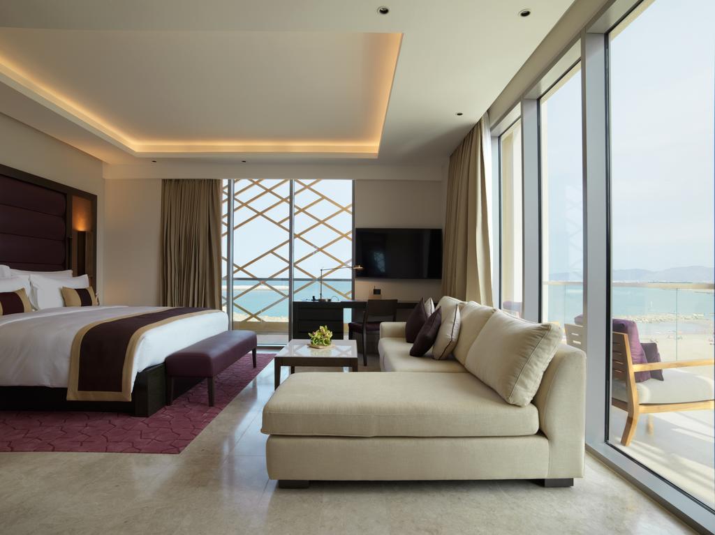 غرفة نوم مطلة على البحر