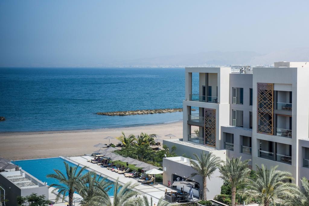 مسبح الفندق المطل على الشاطئ