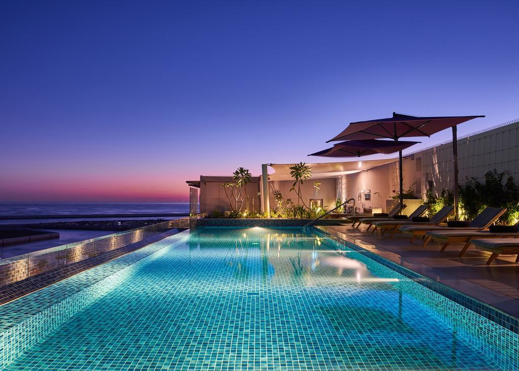 مسبح على سطح الفندق