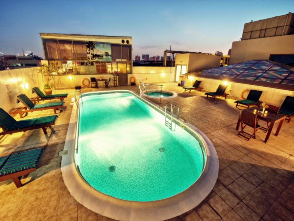 مسبح على السطح في الفندق