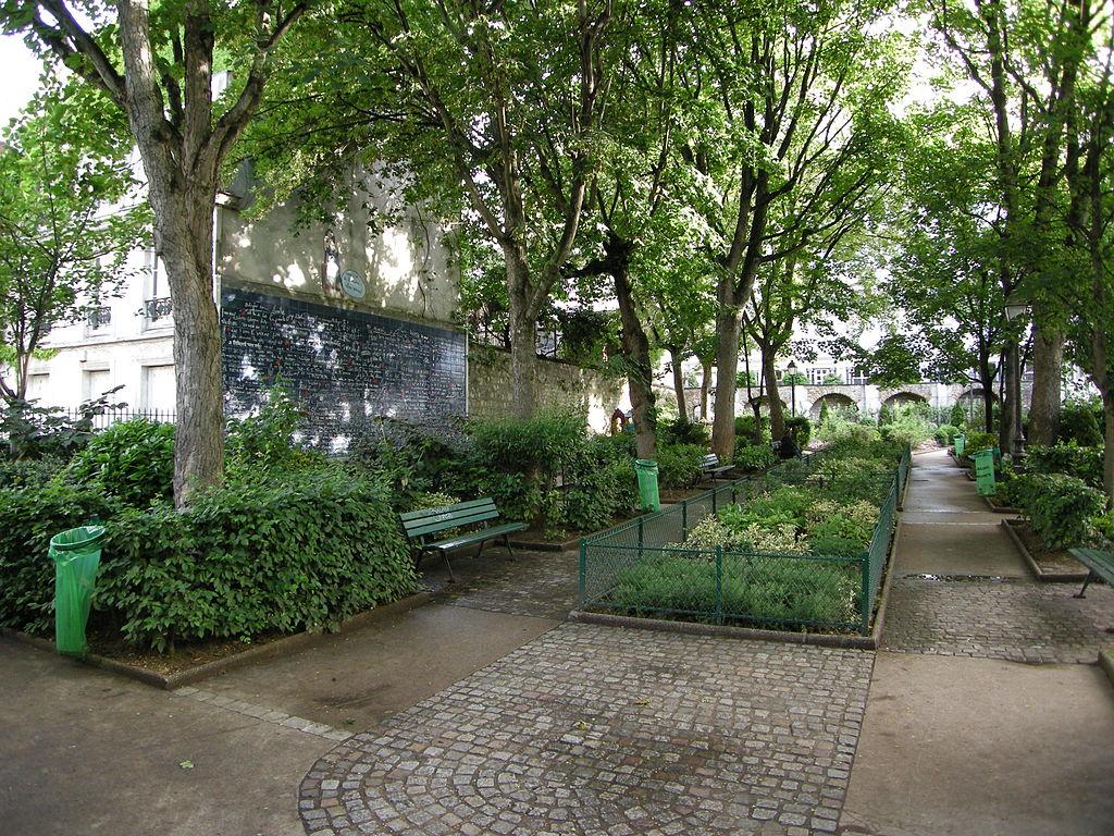 صورة حائط الحب في باريس داخل حديقة جميلة