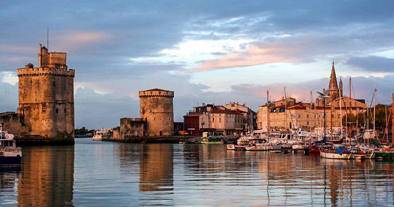 صورة الميناء القديم في مدينة لاروشيل فرنسا