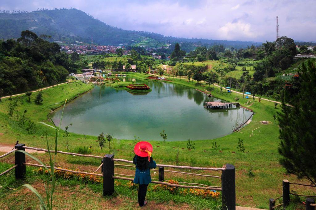 صورة للبحيرة في حديقة تامان لمبا ديواتا اندونيسيا
