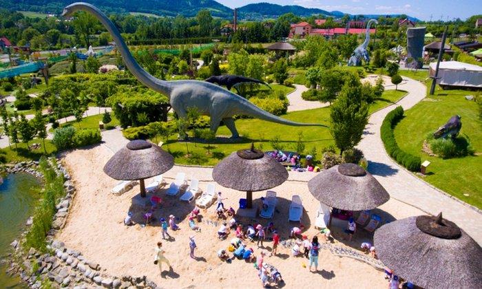 صورة ديناصور في حديقة الديناصورات بولندا