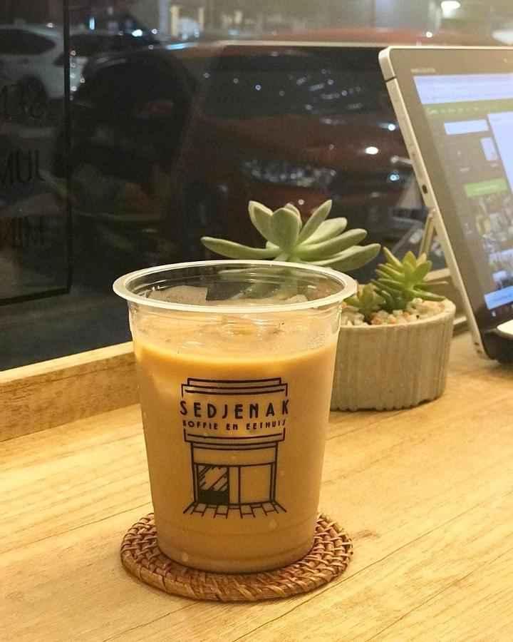 القهوة بالحليب في مقهى سيد جيناك جاكرتا
