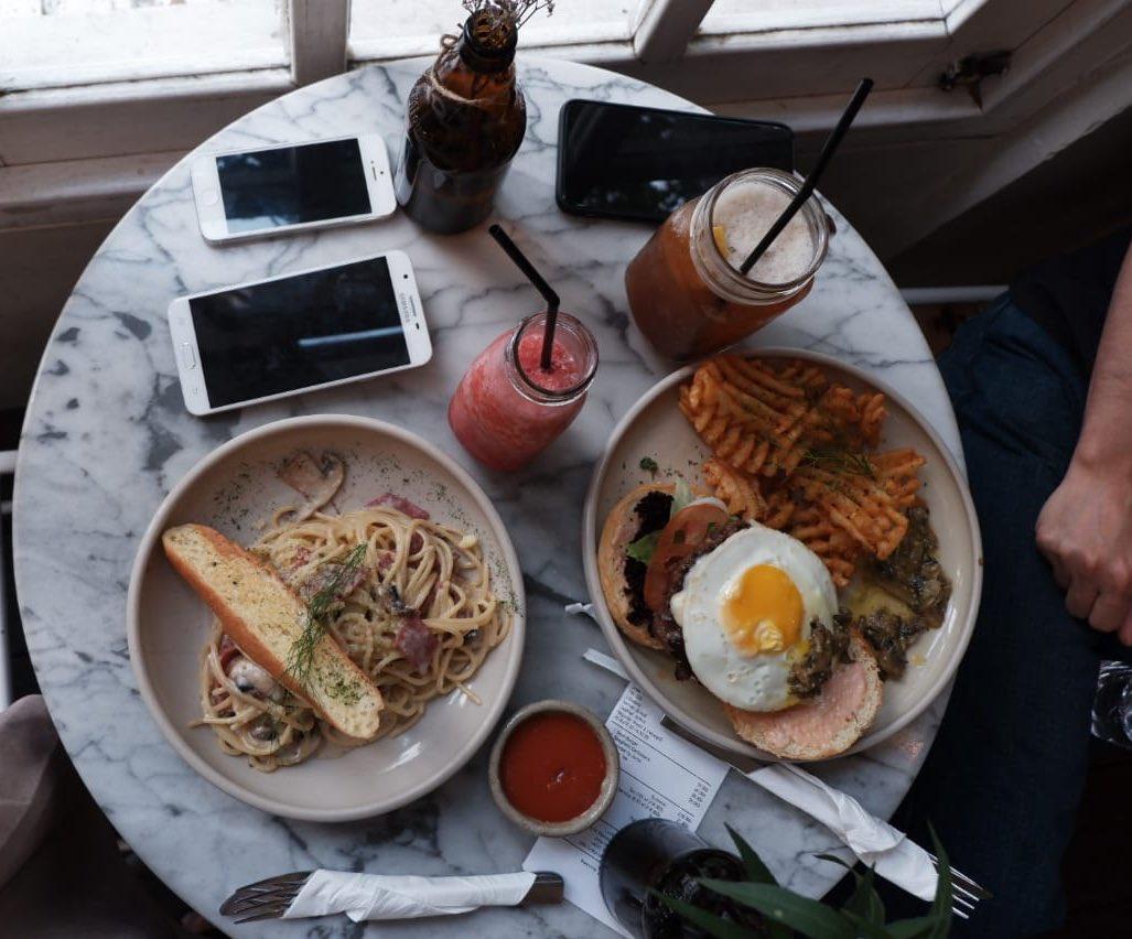 احد وجبات مقهى ومطبخ لاكي كات جاكرتا
