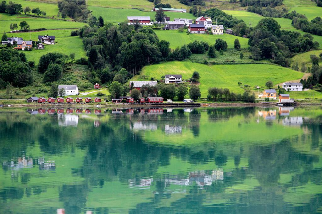 صورة لبعض المنازل القريبة من بحيرة سترين النرويج
