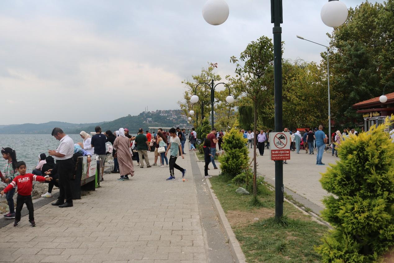 رياضة المشي قرب البحيرة