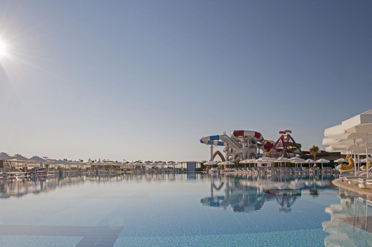 حمامات السباحة في فندق دلفين امبريال